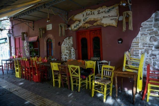 ΣΥΡΙΖΑ: Να ανοίξει ελεγχόμενα και με πρωτόκολλα σε εξωτερικούς χώρους η εστίαση