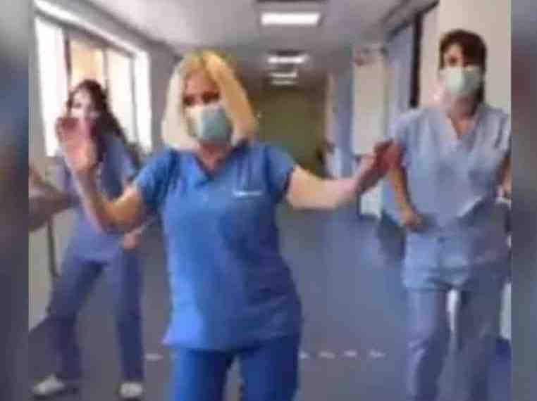 Νοσηλεύτριες ξεκινούν τη βάρδια τους χορεύοντας