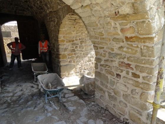 Alt kat duvar derzleri yenilenmiştir.