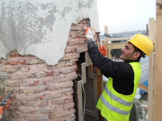 Minarede yoğun biçimde karbonlaşma, kirlenme ve bazı bölgelerde derz boşalması t bozulmalar/hasarlar izlenmiştir. Bu tür oluşumlar giderilerek nitelikli yüzey temizliği yapılmış, duvar dokusunda kullanılan harcın özelliklerine benzer harçlarla derz onarımı yapılmıştır.