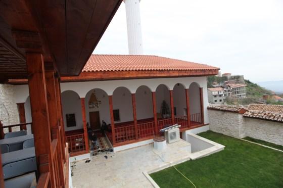 Uygulamada çatı strüktürü, üst örtü elemanları ile tamamen yenilenmiştir (fotoğraf 15)