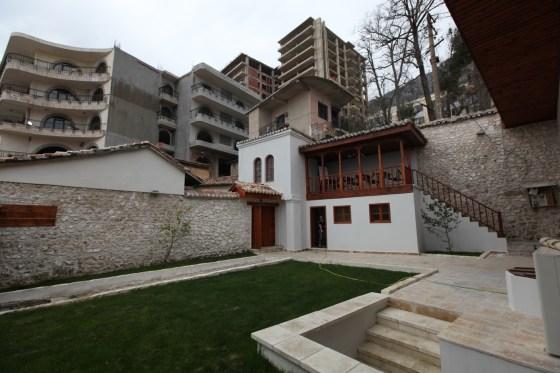 Uygulamada bahçe duvarları derzleri yenilenmiş, tümlemeler yapılmış, müştemilatın çürüyen ahşap elemanları yenilenmiştir (fotoğraf 17)