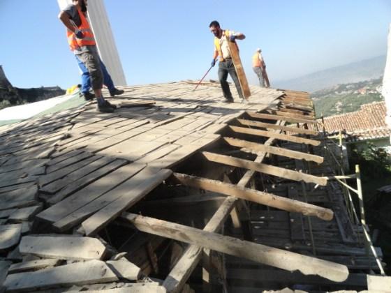 Uygulamada çatı üst katmanları kaldırıldığında çatı elemanlarının büyük bir kısmının çürüdüğü görülmüştür. Bu nedenle çatı karkası tamamen kaldırılmıştır.