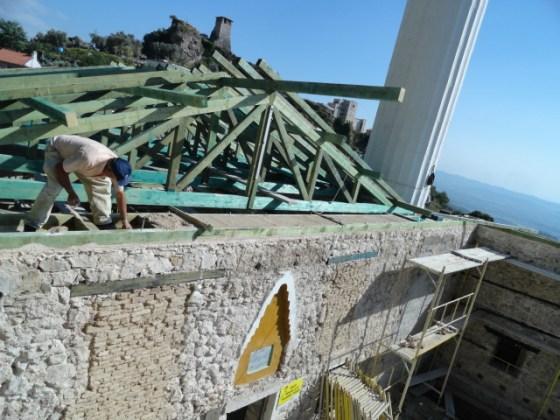 Uygulamada duvarların rijitliği açısından duvarların üst kotunda ahşap hatıl dönülmüştür.