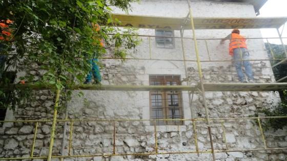 Uygulama sürecinde tüm cephe duvarlarındaki çimento harçlı sıva müdahaleleri raspalanmıştır.
