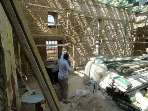 İç duvarlardaki çimento harçlı sıvalar alınmıştır.