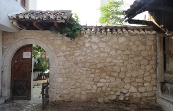 Bahçe duvarlarında derzler açılmış, yeni derzleme yapılmıştır. Malzeme kaybı olan taşlar tümlenmiştir.