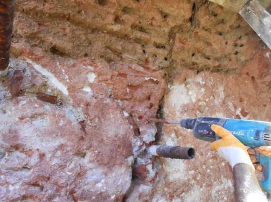 Duvar ve tonozlardaki yarılma ve çatlakların dikilme işlemleri için gerekli yüzey hazırlıklarından sonra 4cm.den geniş duvar yarıklarının yeniden konsolide edilerek örülmeleri için çürütme işleri yapılmaya başlanmışdır