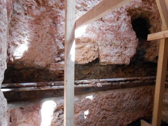 Duvarlardaki muhtes çelik borulu su yollarının çimentolu tuğlalarının sökülmesi