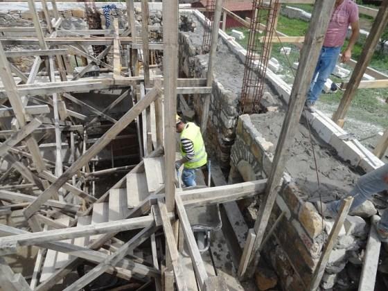İçerideki betonarme karkas sistem yapımı devam ederken dış cephede kesme taş kaplama ve moloz örgü duvar sistemi yapılmaya devam edilmiştir (fotoğraf 11)