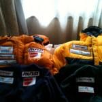 Vier setjes sponsorkleding