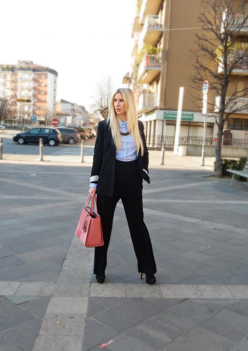 In questo post troverete qualche consiglio su come vestirsi in ufficio. La  cosa più importante 03985e60168b