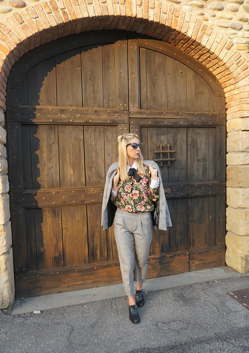 How to wear plaid? In this post, I will show you 4 different outfits to inspire you. You can see plaid skirts, plaid jackets and plaid trousers everywhere.