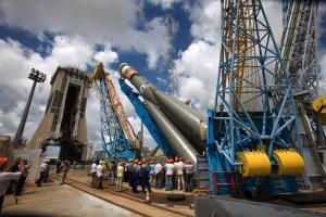 Erection du lanceur Soyouz © CNES/ESA/Arianespace/Optique Vidéo CSG/R Liétar, 2011