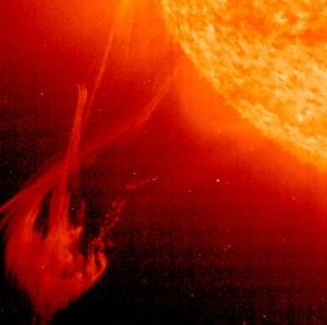 Des violentes éjections de masse engendrent des ondes de choc qui se déplacent à travers le disque solaire. Grâce au télescope EIT, il est possible de déterminer la direction du mouvement de l'onde de choc (© ESA/NASA)