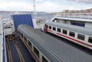 Trein op de ferry naar Sicilië