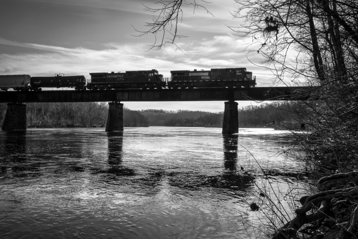 Crossing the Delaware River for the second time on it's journey out of Allentown, H76 heads north to Slatford Junction.