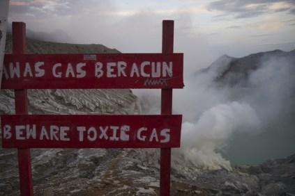 toxic-gases-kawah-ijen