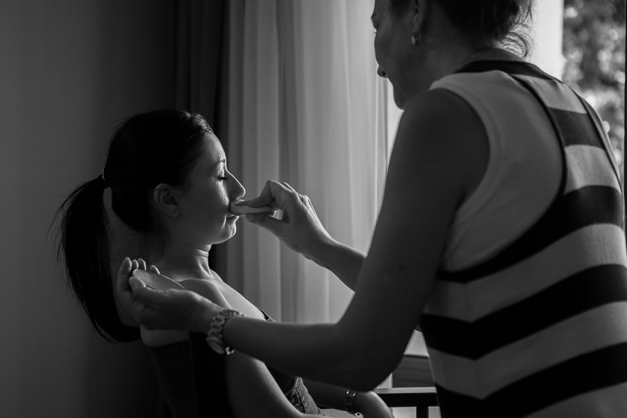 bride getting ready at jasmine court hotel