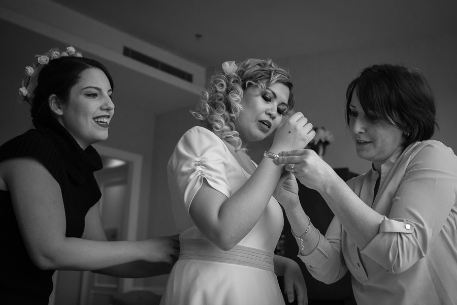 istanbul elopement: bridesmaids helping bride getting dressed