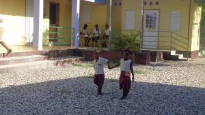 2015 Kinder mit Erzieherinnen vor dem Sanitätsraum, Cesselesse