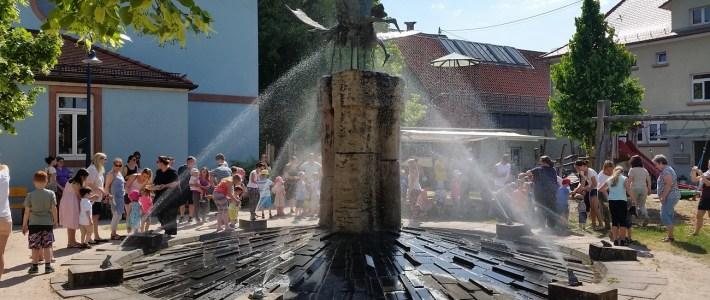 Endlich sprudelt unser Storchenbrunnen wieder täglich zu festen Zeiten