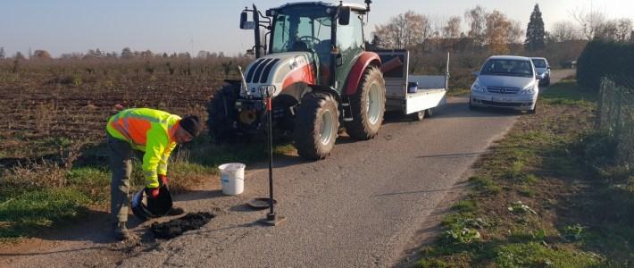 Erste Löcher auf den Feldweg Umleitungsstrecken ausgebessert