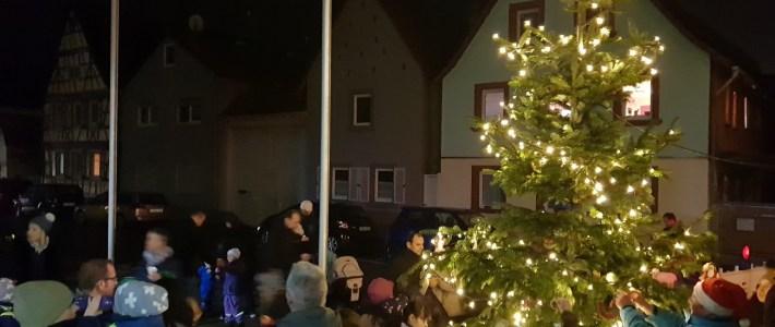 Vorweihnachtsstimmung beim Christbaum schmücken am und im Bürgerhaus