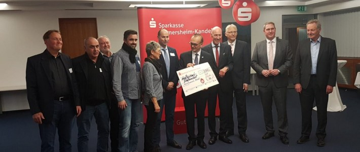 Die Gemeinde erhält von der Sparkasse eine Geldspende