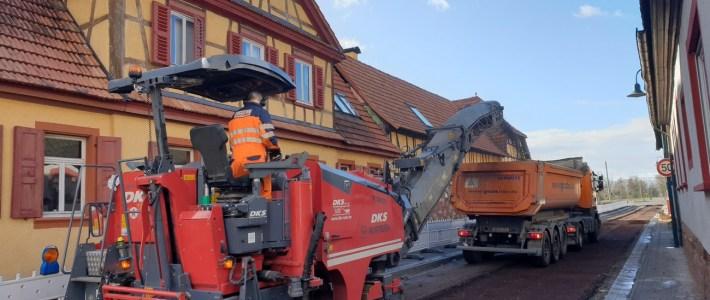 Vollausbau Richtung Ortsausgang gestartet und neue Gehwege zum pflastern vorbereitet
