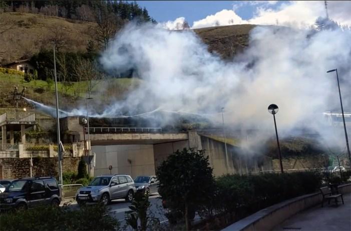 El incendio de una catenaria en San Antonio paraliza el tráfico ferroviario