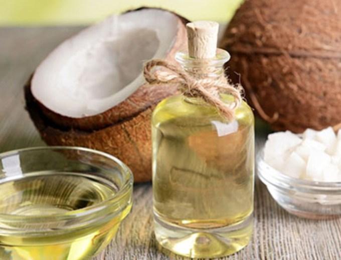 Olio di cocco: proprietà, usi e benefici su corpo e viso