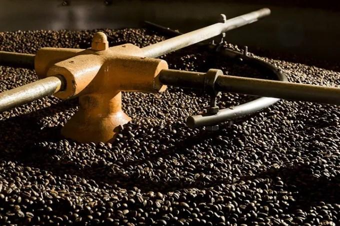 Un giro alla torrefazione Toro Caffè: un'accurata selezione dei chicchi