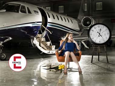 Die Stewardess gepoppt im Flugzeug nach Bangkok