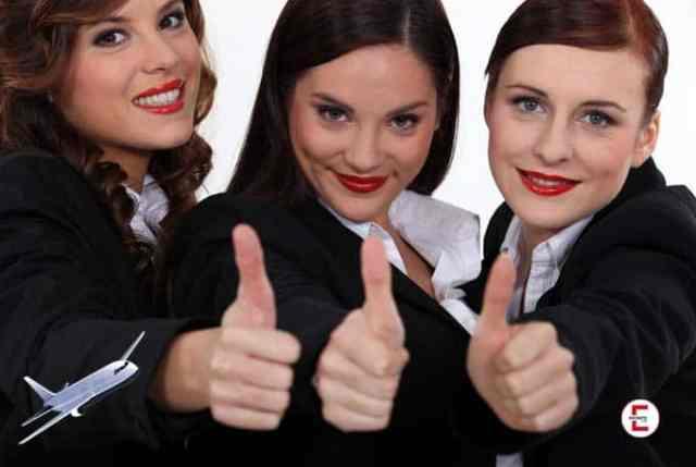 Die drei jungen Stewardessen - zusammen keine 75 Jahre alt