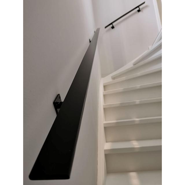 Zwarte platte stalen trapleuning