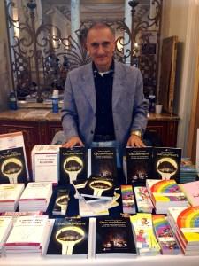 Gianluca Giusti con il suo libro Oscuramente