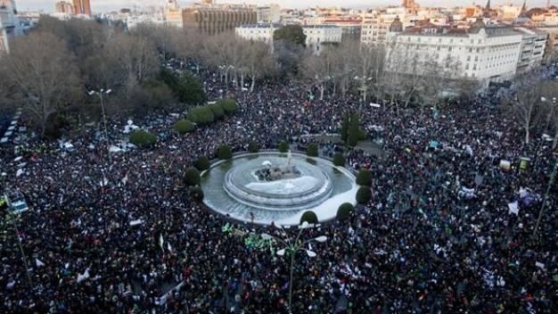 Έχεις δύναμη, κατέβα στους δρόμους το σύνθημα στις διαδηλώσεις κατά Ραχόι στην Ισπανία (video)