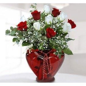 kırmızı kalp vazoda kırmızı beyaz gül