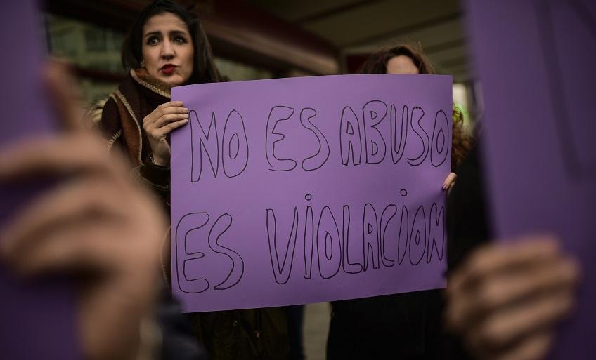 """Las mujeres sostienen un cartel que dice: """"No es abuso, es violación"""" durante una protesta contra la violencia sexual"""