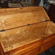 2. Immagini del restauro di una cassapanca in legno di pioppo inizi novecento