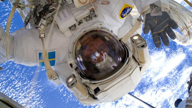Fuglesang participates in the third STS-128 spacewalk