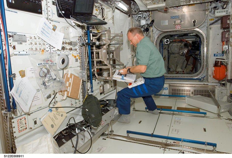 Hans Schlegel preparing the Columbus module