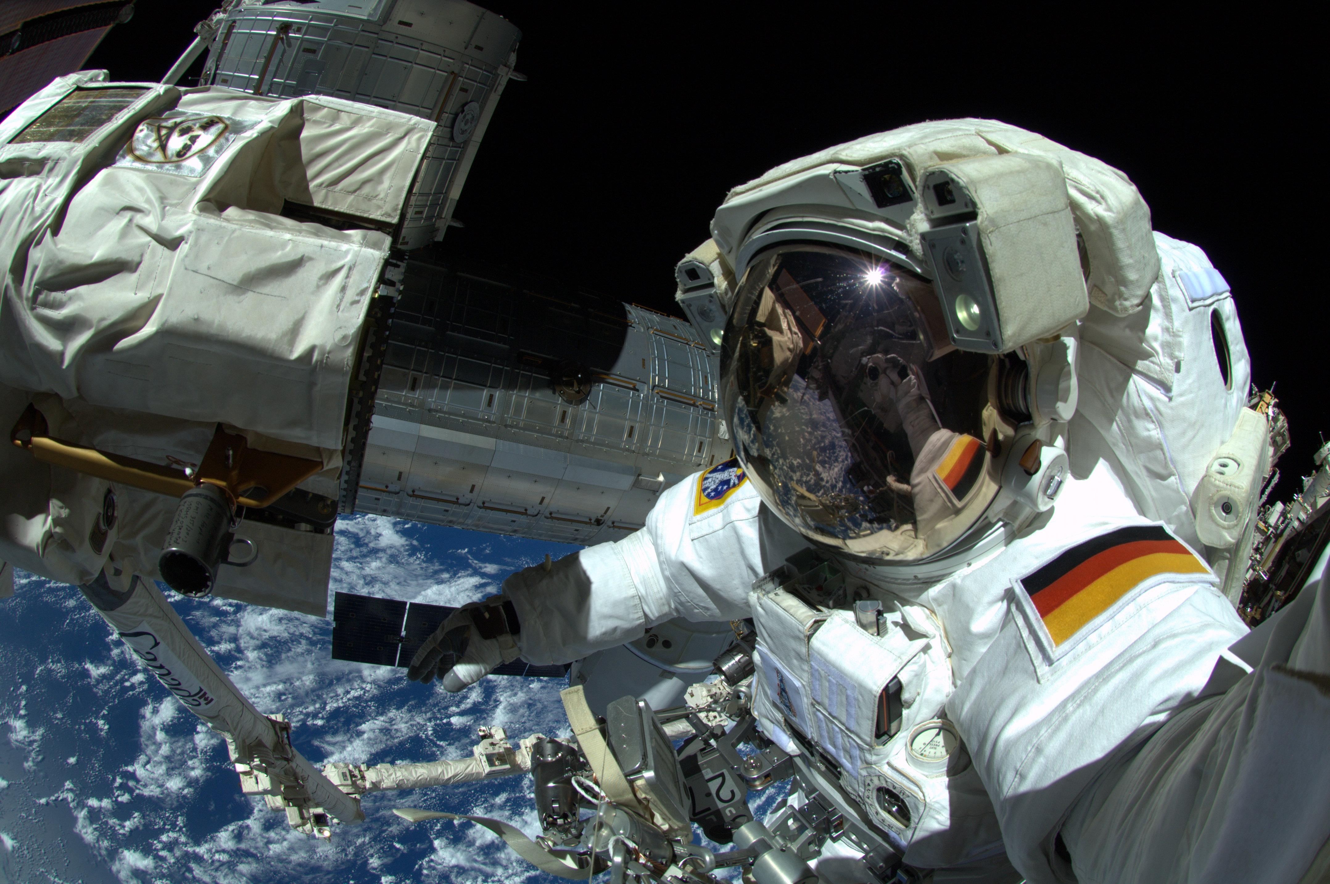 Alexander Gerst durante su primer EVA en la ISS