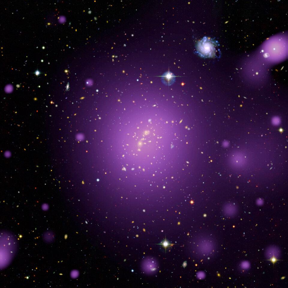 Acredita-se que os aglomerados de galáxias estejam distribuídos uniformemente pelo céu