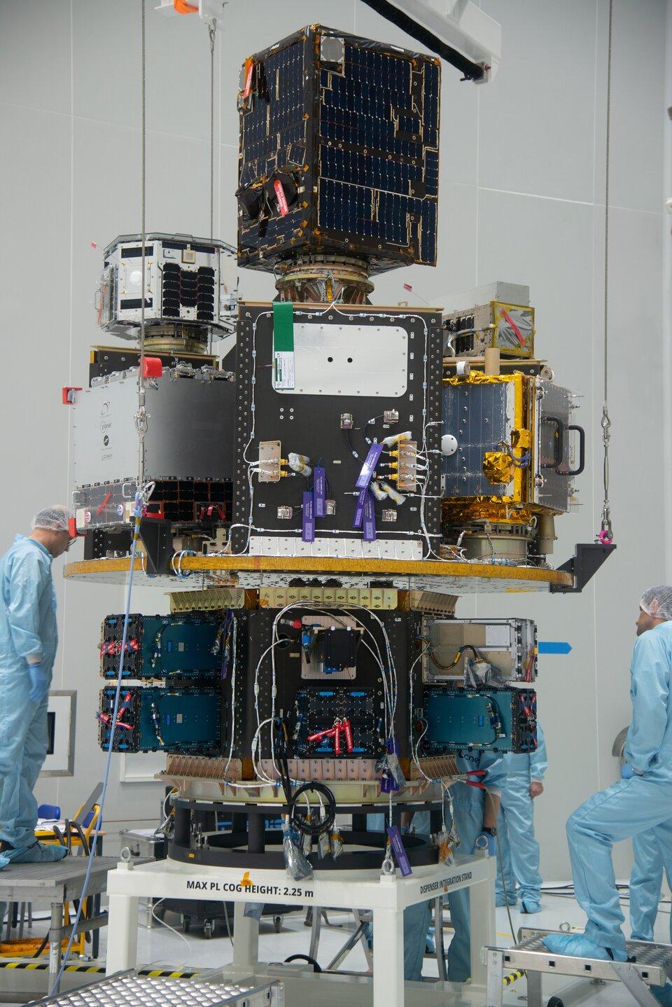 Equipado com satélites, o deck principal do SSMS e o módulo HEX são integrados