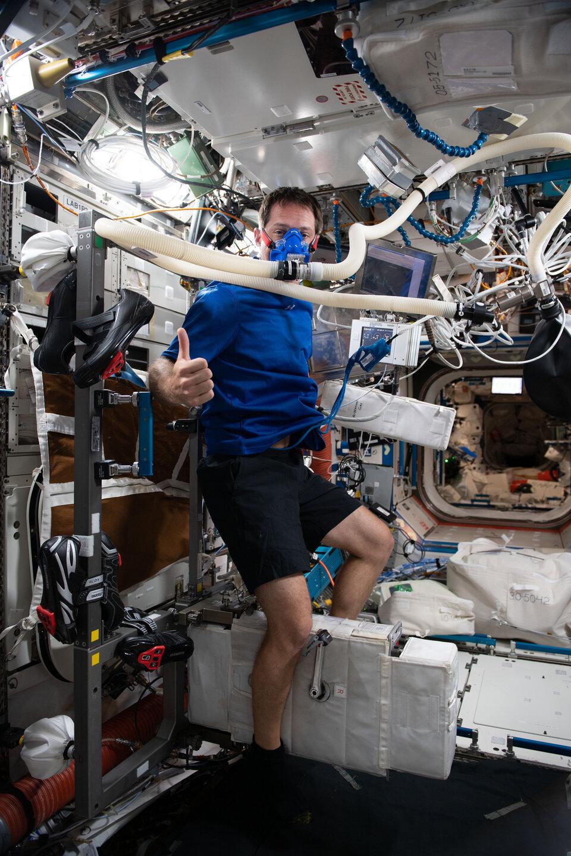 Thomas sur le vélo d'appartement de la Station spatiale