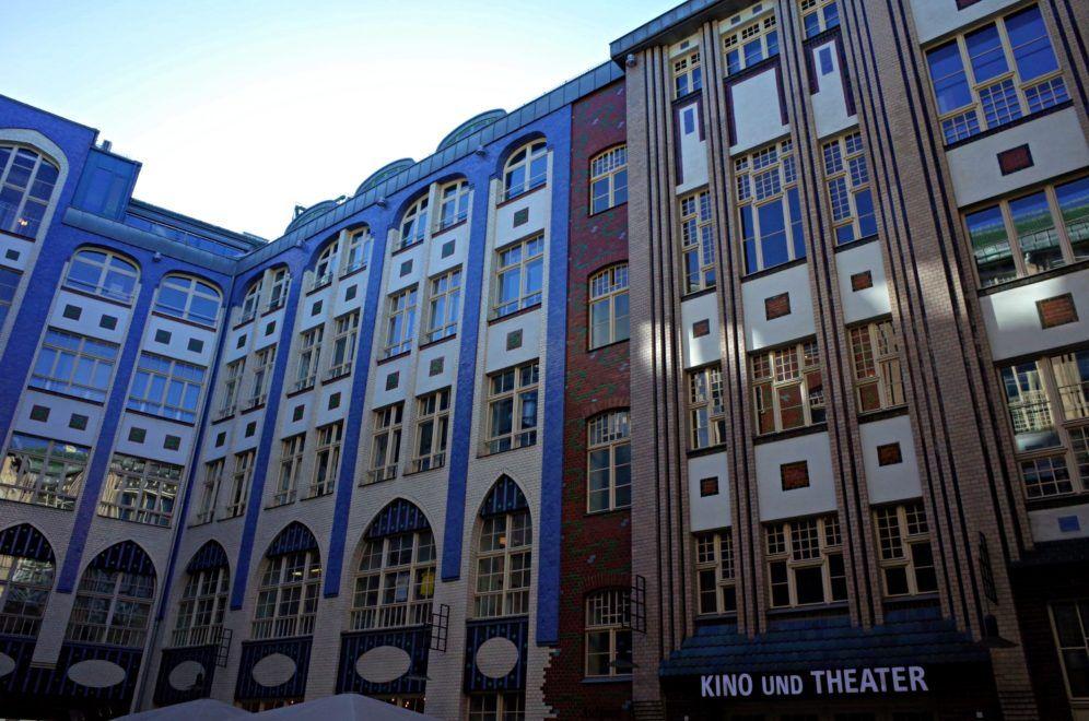 Patio con cines y cafes en Berlín