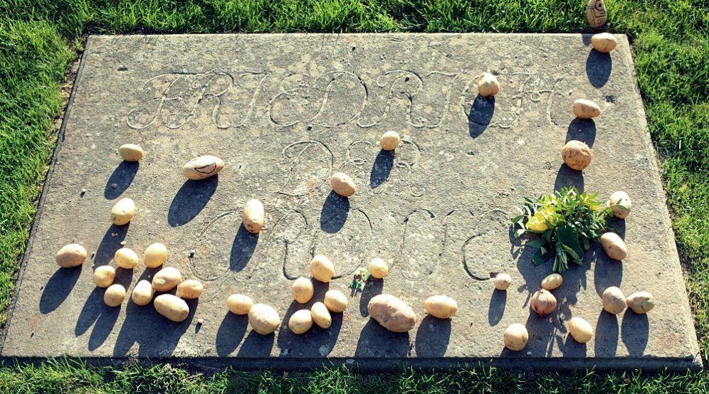 """Patatas sobre la Tumba de Federio II """"El Grande"""" en el Parque de Sanssouci"""