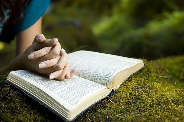 5 dicas simples que vão te ajudar a ler a Bíblia e orar todos os diasem 2017